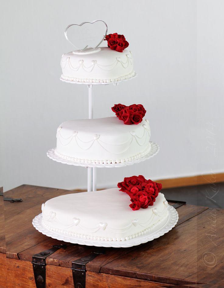 Weddingcake with red roses. Bryllupskake hvit med røde roser