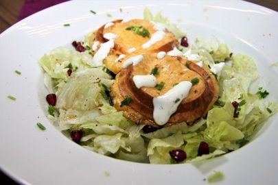 Salat s rozpecenym uzenym syrem typu ostepok /Salad with grilled smoked cheese of spears/ Zdravé, nízkosacharidové, bezlepkové recepty. (Healthy, low carb, gluten free recipes.)
