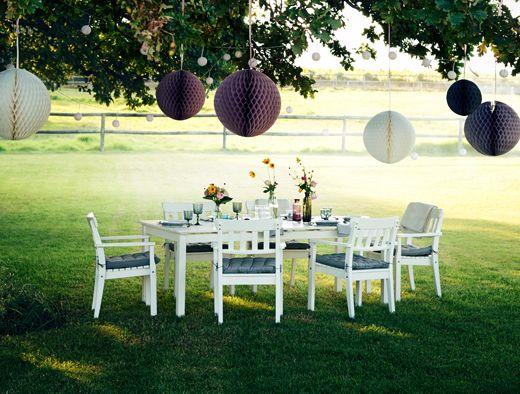 ÄNGSÖ trädgårdsmöbler i vitt utflyttad i trädgården med somrig dukning