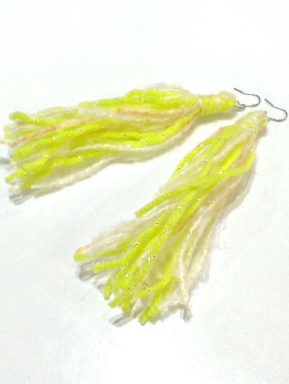 FUWAFUWA元気カラーの糸に出会い、流行りのタッセルにしました。見た目も軽やか、付けても軽やか。フック・・・純チタン(日本製)を生地で使用。メッキではあり...|ハンドメイド、手作り、手仕事品の通販・販売・購入ならCreema。