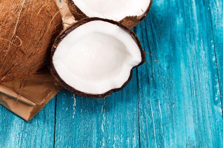 В составе кокоса содержится целая кладезь витаминов и микроэлементов: витамины группы В (В2, В3, В5, В7, В9), витамины Е, С, Н, а также калий, магний, кальций, фосфор, фтор, йод и селен. Вся эта цепочка полезных веществ является незаменимым помощником для вашего пищеварения, зрения, иммунитета, сосудов и сердца.
