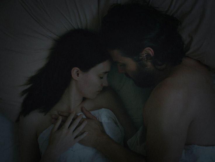 David Lowery'nin yeni drama filmi A Ghost Story'den ilk fragman yayınlandı. Sundance Film Festival'inde en iyi filmler arasında çıkış yapan filmin başrollerinde ise Oscar ödüllü Casey Affleck ve son zamanlar güzel bir çıkış yakalayan Rooney Mara bulunuyor. Düşük bütçeli bir yapım olarak dikkat çeken filmde C ve M adıyla bilinen çiftin hikayesi anlatılıyor. Filmin sinopsisi …