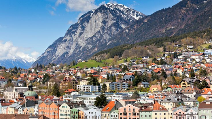 Tirolin sydämessä kaupunkiloma kohtaa alppien laajan harrastusvalikoiman. Kaksien talviolympialaisten isäntäkaupungin liikunta- ja ulkoilumahdollisuudet ovat vertaansa vailla. Innsbruck on myös vireä kulttuurikaupunki, jonka arkkitehtuuri kertoo sen pitkästä historiasta. Nähtävyyksiä riittää Hofburgin linnasta upeisiin barokkikirkkoihin ja Bergisel-hyppyrimäkeen. #Innsbruck #Itävalta #AurinkoAlpit #Aurinkomatkat #Alpit #Tirol