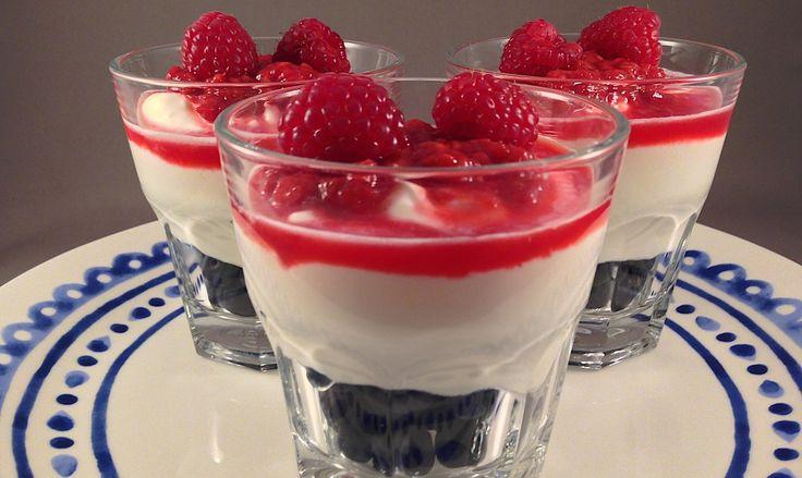 Kwark-dessert met rood fruit (bosbessen, frambozen) | Wessalicious