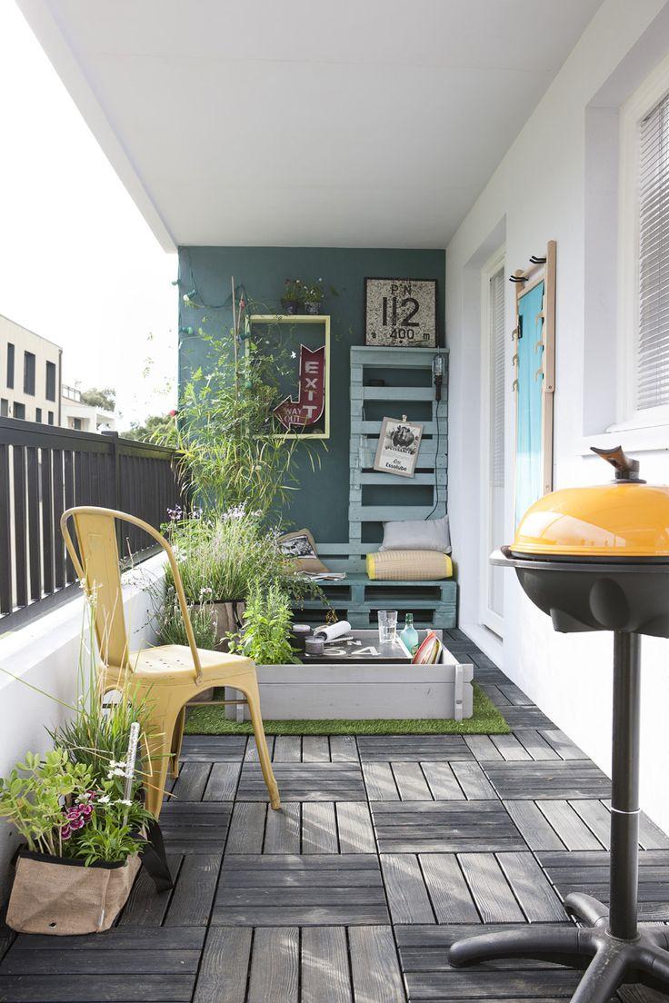 Un espace créatif. http://www.m-habitat.fr/terrasse/balcons/la-dalle-en-bois-un-charme-naturel-pour-votre-balcon-1304_A #balcon #jaune #bleu