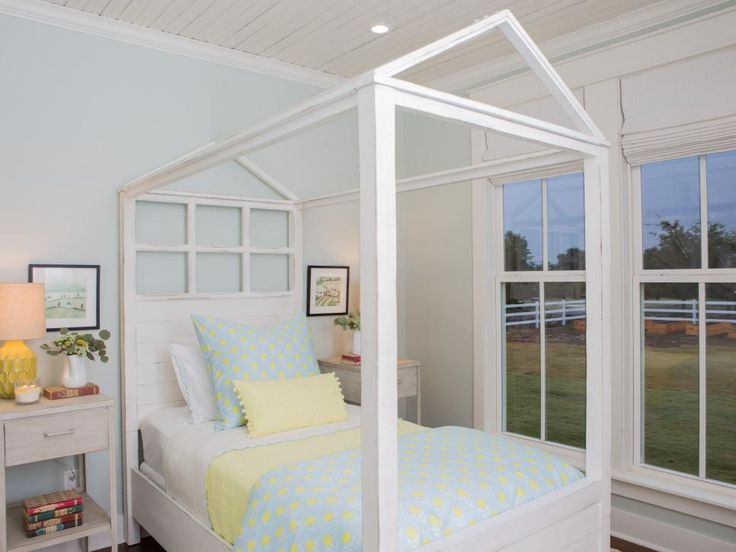 cama infantil de madera blanca con dosel