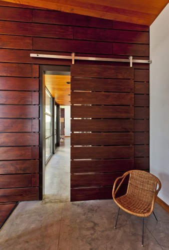 sliding: Idea, Door Design, Barn Doors, Doors Design, Modern Entry, Barns Doors, Modern Homes, Uptic Studios, Sliding Doors