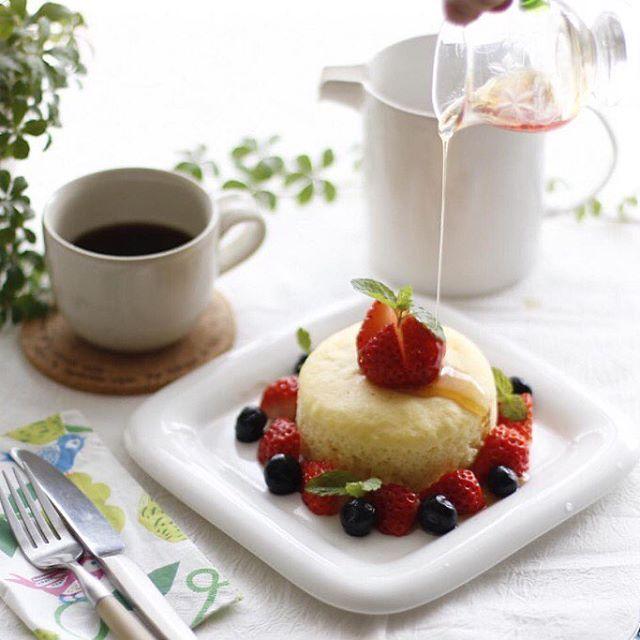 焼き上がりを待つ時間も心躍るのは ささやかな贅沢感を味わえる手作りのパンケーキ。 見た目からふわっと食感が想像できる @cockateel_hinaさんのつくるスフレパンケーキは、 はちみつ×ベリーの組み合わせが 甘さと酸味のバランスを絶妙に保ち食べる手が止まりません。 カフェでいただいているかのような洗練された盛り付けは おうちごはんのお手本として見習いたいです。  #regram #locari #ロカリ #locari_kitchen #ロカリキッチン #スフレパンケーキ #朝食 #贅沢気分  #美しい盛り付けに心奪われる #pancake #breakfast