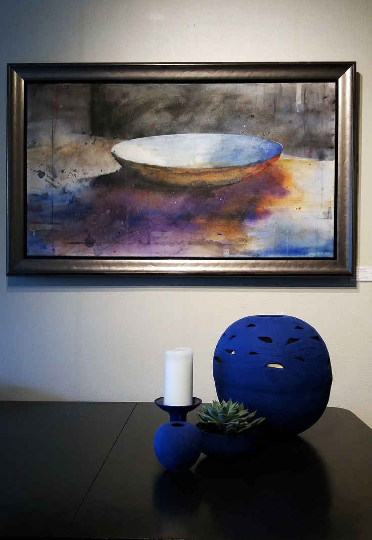 Watercolor on canvas by Stig-Ove Sivertsen. Pottery by Laila Baadstö. At Galleri SOS.