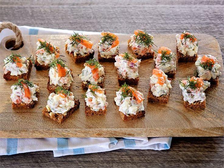 Saaristolaisleipä sopii mainiosti lohitartarin suolaisen hapokkaaseen makuun. Sitruunavoilla voidellut leivät tuovat oman raikkaan lisänsä makukimaraan. Katso erilaisia  tarjoiluvinkkejä ohjeen lopusta.