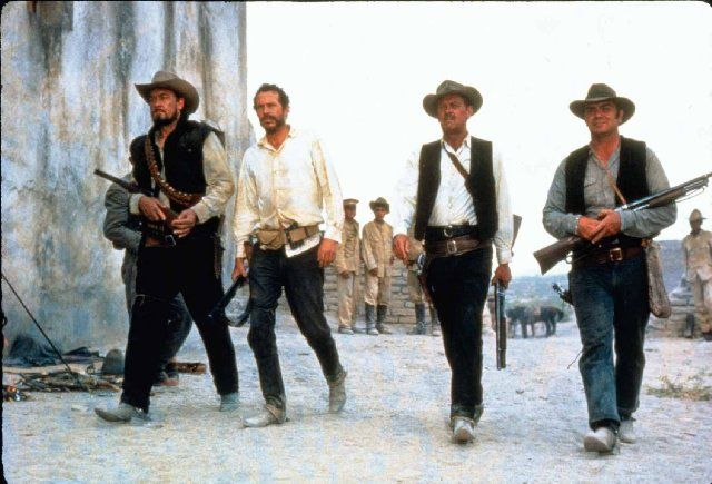 Still of William Holden, Ernest Borgnine, Ben Johnson and Warren Oates in The Wild Bunch