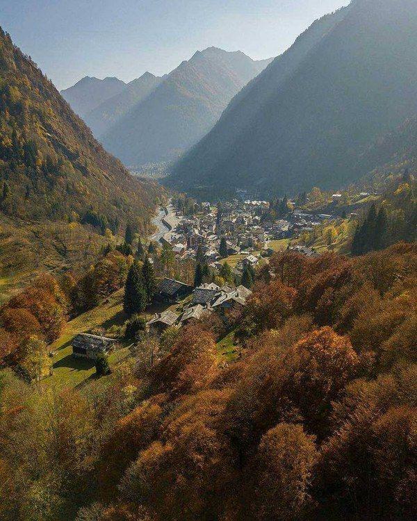 📍Alagna Valsesia | Vercelli 📸 Foto di @alerizzibuzz ✅ Selezionata da @fabio.pignatelli • Un bellissimo panorama sopra Alagna Valsesia • Sco…