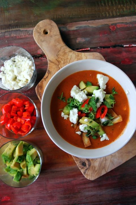 Wie versprochen gibt es jetzt also das erste mexikanische Rezept. Tortilla Suppe. Quasi das Äquivalent zu der guten deutschen Hühnerbrühe. Ich finde Suppen ja prinzipiell toll aber auf Dauer immer nur Nudel- oder Gemüsesuppe ist mir dann doch etwas zu fad. Deswegen freu ich mich immer wenn ich über etwas andere Suppen Rezepte stolpere. Kokossuppe zum Beispiel. Da wir uns ja momentan virtuell ...