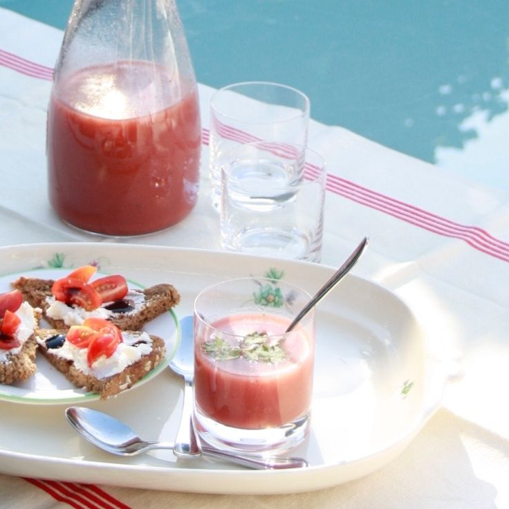 De zomertoppertjes aardbei en tomaat gaan heel goed samen.Deze zomerse soep is heerlijk verkoelend op warme (na)zomerdagen. #naareigensmaak