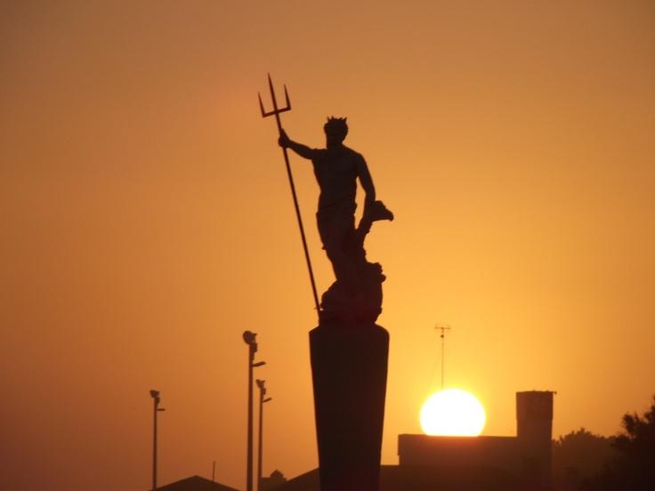 Neptuno, eterno guardián de la playa de la ciudad de Necochea - Neptune, eternal guardian of the beach town of Necochea