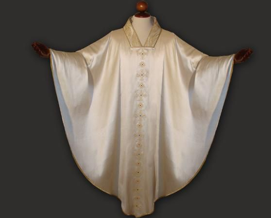 Casula bianca in seta ricamata