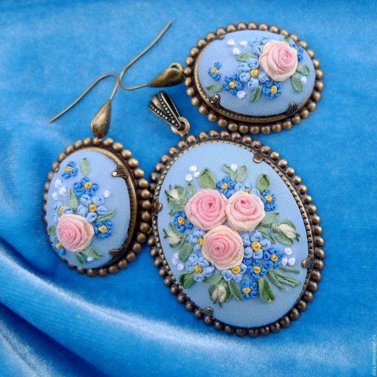 Купить Кулон и серьги с вышивкой Незабудка - винтажные украшения, кулон с вышивкой, кулон с вышивкой лентами