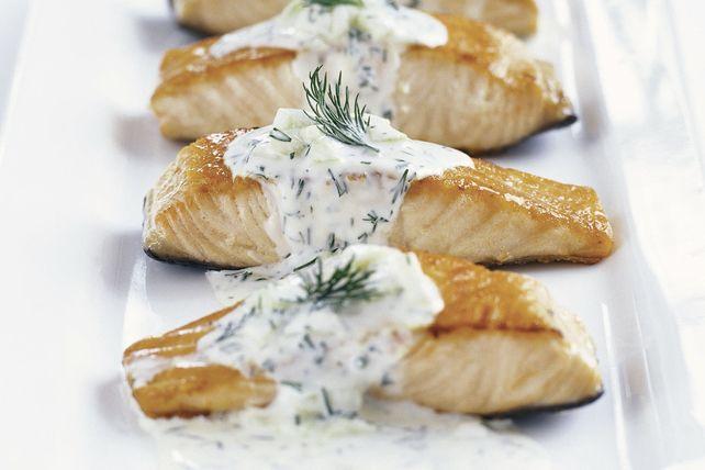 Une sauce veloutée au concombre et à l'aneth donne un goût printanier au saumon.