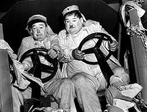 """Laurel (1890-1965) et Hardy (1892-1957) - Laurel et Hardy est le nom d'un duo comique constitué en 1927 et formé par les acteurs Stan Laurel (1890-1965) et Oliver Hardy (1892-1957). Durant une carrière de près de 25 ans et de plus de 100 films, ce duo atteindra une notoriété telle qu'il reste sans doute à ce jour le tandem le plus célèbre de toute l'histoire du cinéma - Source : Wikipedia - Photo de plateau : """"Laurel et Hardy conscrits"""" (1939)"""