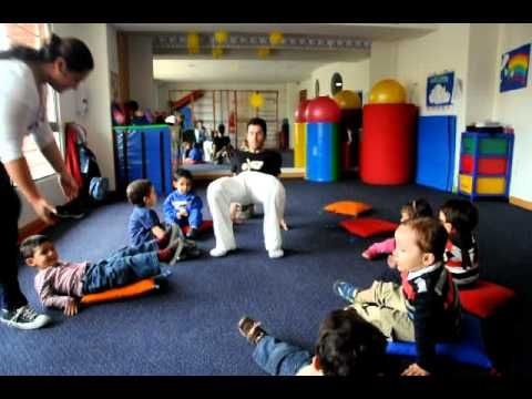 Clase de Yoga Infantil por Federico Gonzalez **Introduccion y Saludo al Sol** - YouTube
