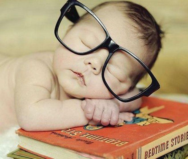 Leggere una favola ai bambini è una sana abitudine che apporta enormi benefici alla loro crescita. Permette, inoltre, di rafforzare il legame con la mamma e il papà e di condividere con loro emozioni e paure. Quali libri scegliere e quando iniziare?