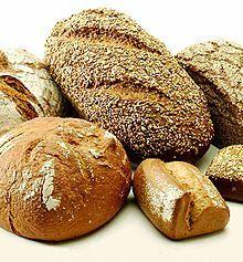 LE PAIN En ville, on ne fabriquait son pain que dans les bonnes maisons. La plupart des citadins, depuis le XIIe siècle, achetaient le leur chez les boulangers, qui en confectionnaient pour tous les goûts et pour toutes les catégories sociales. Dans la plupart des villes, il y en avait au moins trois qualités, portant des noms divers. La qualité supérieure s'appelait « fouaces » à Amiens, « pain blanc » dans les villes du Nord, « pain de provende » à Troyes, « pain choine » -