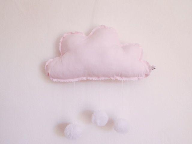 Mobile nuage rose à pompons Dimensions 30 x 20cm Rembourrage en polyester anti-acariens Coton ou drap ancien teint Pompon tulle ou tissus Prix : 28 €