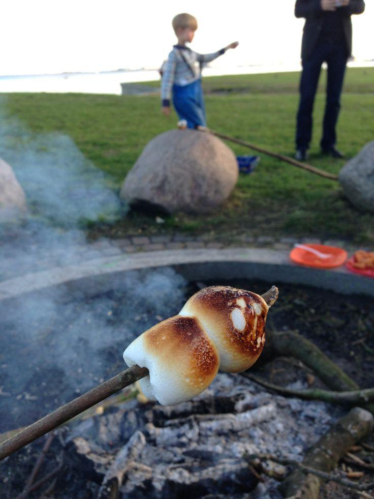 Charlottenlund Strand. Lav mad over åben ild på bålpladsen mellem fort og badeanstalt.