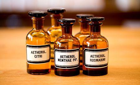 (Zentrum der Gesundheit) - Ätherische Öle stellen eine hervorragende Alternative zu den äusserst bedenklichen künstlichen Duftstoffen dar, die heute in den meisten Parfums, Raumsprays und diversen Kosmetikas verwendet werden. Darüber hinaus können sie als Hausmittel bei verschiedenen Beschwerden eingesetzt werden und sollten daher in keiner Hausapotheke fehlen.
