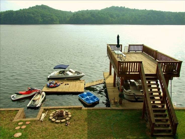 Would love to live on the lake & have a deck like this!