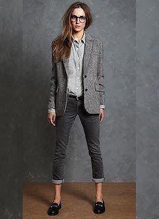 グレーのテーラードジャケットは、上品で気品高いイメージも演出してくれます。 インナーやパンツ、スカートとのコーデもしやすいところがポイントですね! そこで今回はグレーのテーラードジャケットのレディースのコーデで、おすすめのテーラードジャケットを紹介します。…