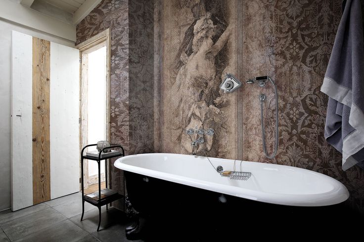 Toile de Jouy: a wind of freedom challenges conventions and narrow definitions. A contemporary spirit, in which the pale colouring of bucolic scenery is maintained and harmoniously included in a context of fabrics and brocade, with gilding and silk effects.