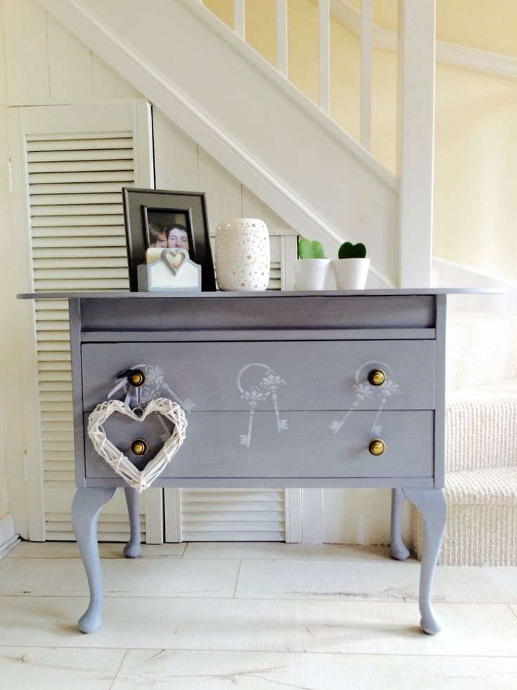 Lovely drawer with Queen Anne legs, hand painted with Autentico Chalkpaint in French Grey designed with vintage key stencilling in white and ever so slightly distressed in edges, sealed and polished with Autentico wax. Great for bedroom as a dresser, as a chic TV stand or even an hallway table ❤️