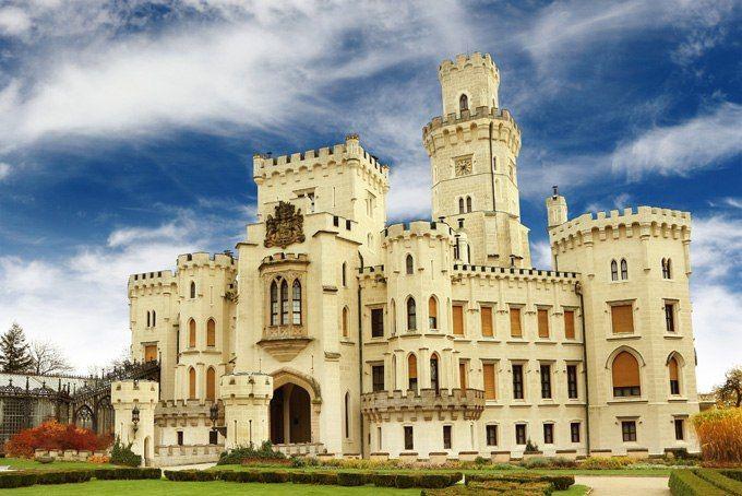 Глубока, Ческе-Будеёвице, ЧехияСвоим нынешним обликом этот замок в псевдоготическом стиле обязан герцогине Элеоноре Шварценберг, пожелавшей превратить его в «чешский Виндзор». Возможно, это тот редкий случай, когда копия превзошла оригинал. Утонченный и романтичный, с искусной резьбой и отделкой — Глубока-над-Влтавой выгодно отличается от других замков Чехии, как правило, чопорных и суровых.