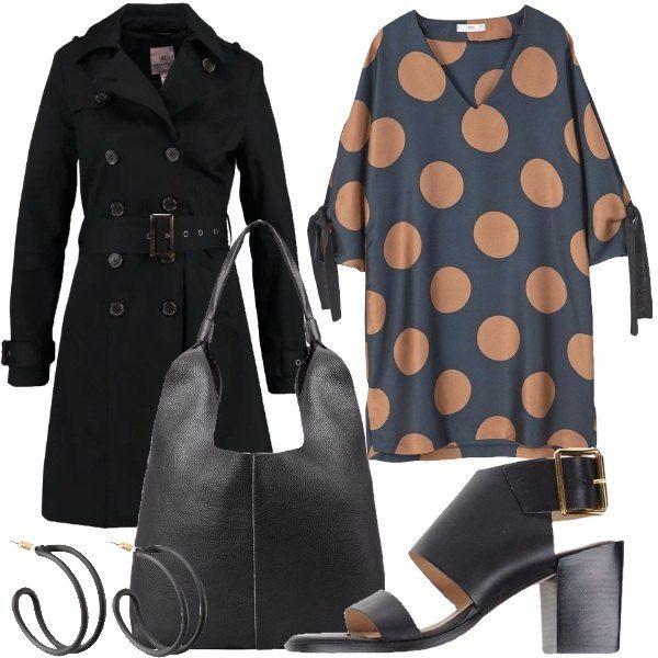 Outfit composto da vestito a fantasia a pois, trench nero con bavero, sandali neri in pelle con fibbia, borsa a spalla nera in pelle e orecchini in ottone.