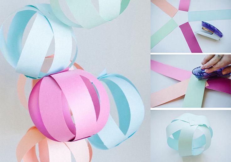 1.Guirnalda de cartulina: http://asubtlerevelry.com/Necesitas: cartulinas de colores, grapadora, tijeras, hilo para colgar.Cómo hacerlo:1. Corta las cartulinas