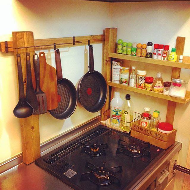 棚を作った時の余りの木材で、いいもん出来た #DIY #キッチン #アイアンバー #セリア #seria #フライパン#ブライワックス #BRIWAX #ガスコンロ