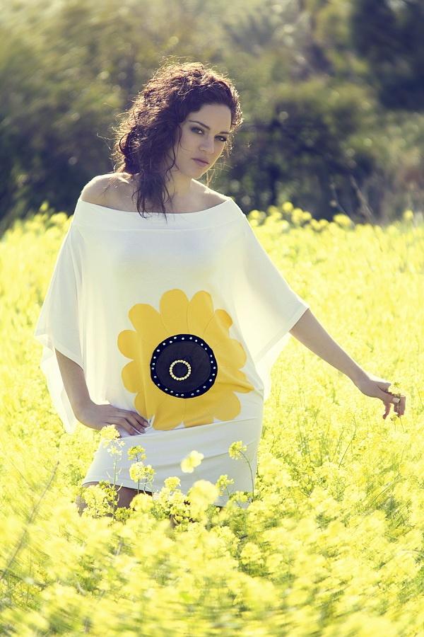 """Μπλουζοφόρεμα με χειροποίητο απλικέ σχέδιο """"sunflower"""" διακοσμημένο με στρας."""
