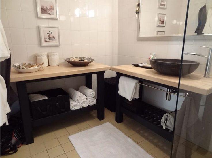 Matériel : – 2 x GROLAND, Desserte de cuisine, bouleau (401.574.85) – Peinture noire Description : Mes parents vivent dans un appartement loué, aux Pays Bas et voulaient une salle de bain dans un style typique de SPA, sans installer un meuble classique (fixé au mur etc.). Ils ont donc acheté 2 dessertes de cuisine Ikea GROLAND, et ont peint le bas en noir. Mon père a installé un lavabo rond en pierre sur le plan de travail…et voilà ! Maintenant ma mère n'a plus qu'à faire du shopping pour…