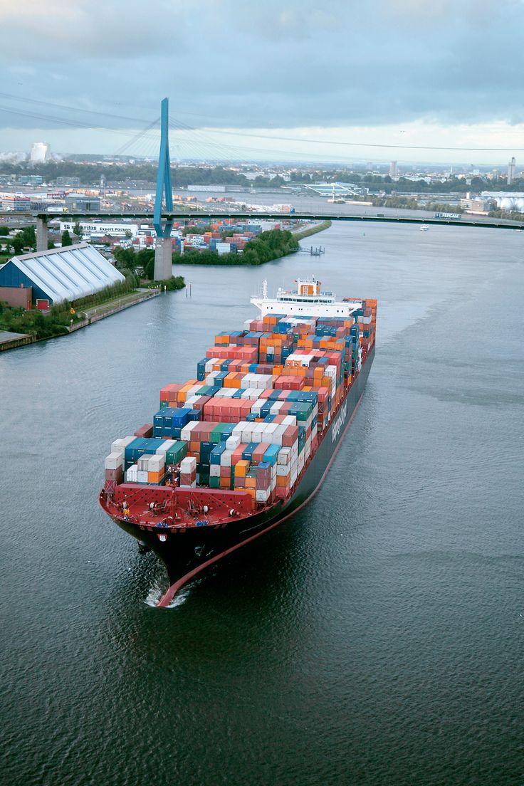 HAPAG container ship before the Köhlbrandbrücke