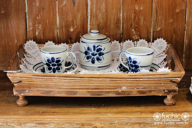 Bandeja de madeira, louça de porcelana de Monte Sião e pano de bandeja feito de renda renascença. Tudo isso na vitrine da nossa loja dos Jardins.   Veja onde adquirir nossas peças em http://www.fuchic.com.br/#!enderecosfuchic/cq3z // Wooden tray, porcelain tableware from Monte Sião and tray cloth made of renaissance lace. All this in the window display of our Jardins neighborhood store.   See where to get our products: http://www.fuchic.com.br/#!enderecosfuchic/cq3z