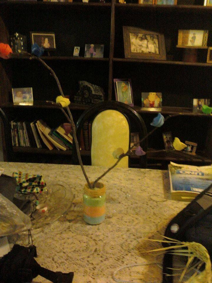 reciclando cosas podemos hacer un hermoso arreglo   materiales:  frascos de vidrio  ramas  retazos de goma eva o foami  pistola de silicona  sal  tiza de colores   procedimiento hacemos hermosas flores con la goma eva y la pegamos en la posiciones que queramos en las ramas luego separamos sal en diferentes recipientes y empezamos a mesclar con tiza de colores una vez que ya la tengamos toda teñida la ponemos en el recipiente y ponemos las ramas