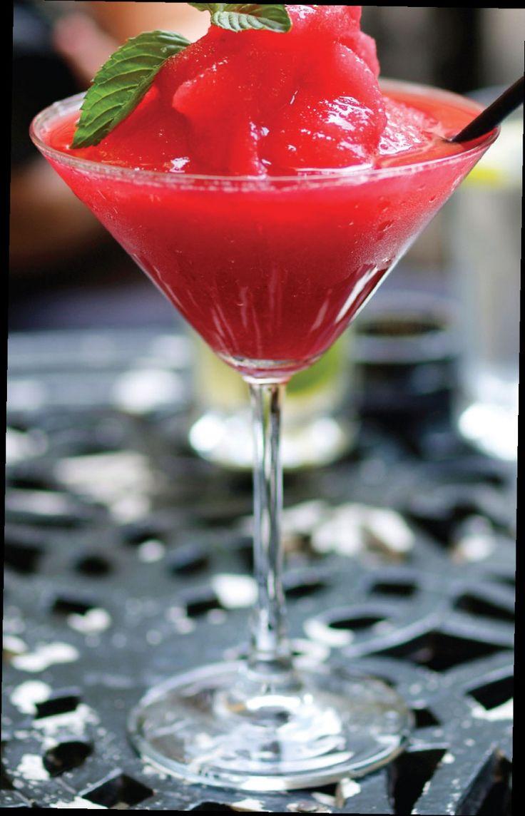 Cocktails con menos de 100 calorías Daiquirí de fresa skinny: Ideal para satisfacer un antojo dulce, y como es tan frío, entrarás en un estado de ánimo de lo más animado. Mezcla Ron, 25 ml de jugo de lima, fresas naturals, endulzante artificial al gusto y hielo frappé. Sirve en una copa de martini fria.