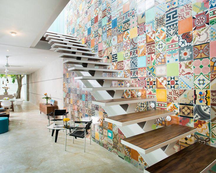 ¿Ya conocen el 'Patchwork'? Se trata de instalar diferentes piezas de azulejos para crear una especie de collage. Muy pocas personas se animan a instalar una pared como esta en su casa, pero se ve genial. ¿Les gustaría intentarlo?