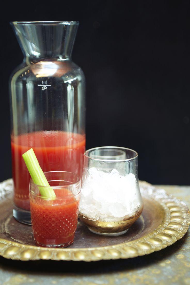 Bloody Mary | Receita Panelinha:  A base de suco de tomate temperado e vodca, o Bloody Mary é elegante e delicioso.