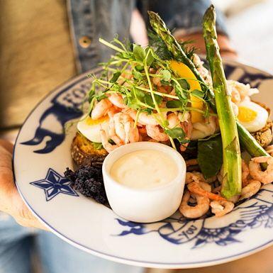 """Lyxig och matig räksmörgås med """"extra allt"""". Exakt hur lyxig du gör den beror på vilka råvaror du väljer. Med färska räkor, äkta surdegsbröd, säsongens gröna sparris och perfekt mjukkokta ägg blir detta en räkmacka att imponera på gästerna med!"""