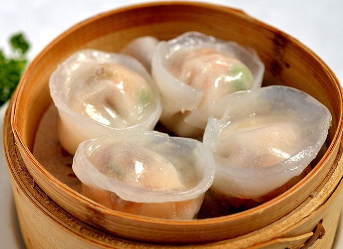 雪菜火鸭饺<br>Xuě cài huǒ yā jiǎo<br>Steamed rice flour dumplings filled with slivers of roasted duck, prawns, bamboo shoots and green peas<br>Gestoomde rijstebloem-knoedels gevuld met reepjes geroosterde Peking eend, garnalen, bamboescheuten en doperwtjes