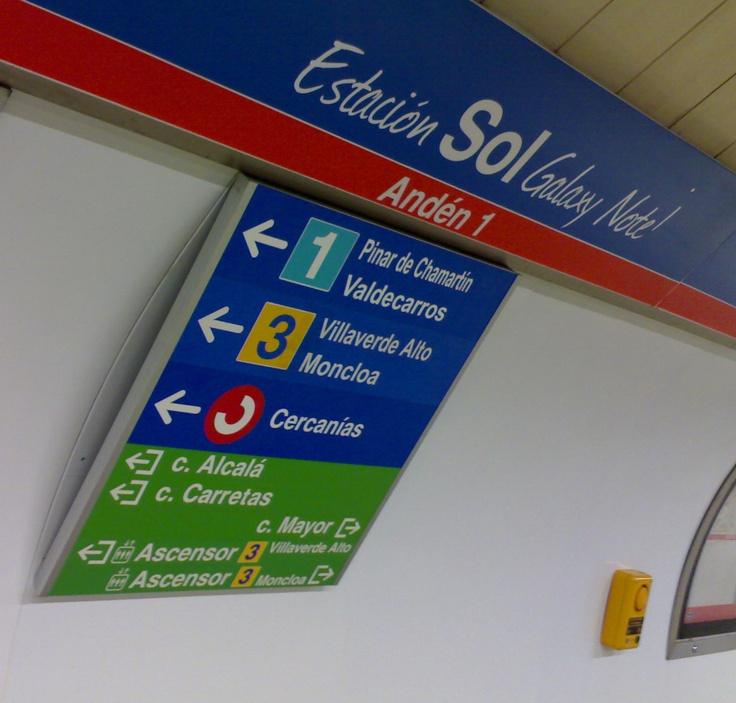 """Madrid Metro Sol. Hasta hace unas semanas, y durante varios días, la estación Sol del metro de Madrid pasó a llamarse Estación Sol Galaxy Note. En breve, la Puerta del Sol de Madrid volverá a ser territorio de acampada, o de intento de acampada con la vuelta de los """"indignados"""". La autoridad ha dicho que no permitirá la """"ocupación"""" de la Puerta del Sol. Podemos afirmar pues, que habrá """"movimientos"""" de policías e indignados por la zona."""