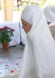 Os Gurus Sikhs convidaram as mulheres a participarem da santa congregação de trabalho, com os homens no Langar (cozinha comum), e participar em todas as outras atividades religiosas, sociais e culturais da Sahib Gurdwara (Templo Sikh ).  Gurus Sikhs definiram o casamento com uma mulher só e ensinaram que tanto homens quanto mulheres precisam praticar a fidelidade conjugal. Os Gurus são a favor e pregam em se ter apenas uma esposa.