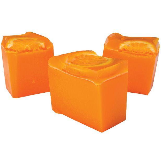 ¡Toma vitaminas! Este jabón es pura y simple naranja. Lleva zumo de naranja recién exprimido, aceite de naranja de Brasil e incluso rodajas frescas que se conservan en la capa de gelatina que lo corona. La fragancia de la naranja es conocida por sus cualidades revitalizantes, así que este jabón te garantiza un perfume estival en tu piel y una sensación fresca y radiante.